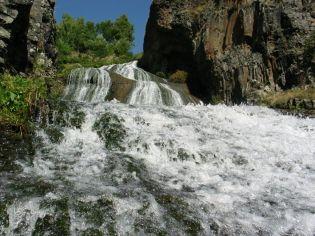 A volt szovjet nomenklatúra egyik kedvenc üdülőtelepe, Jermuk. Itt a vízesést tekintjük meg. Bár eléggé, sőt nagyon beépített a környék, mégis csodálatos látványt nyújt