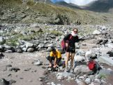 Jéghideg gleccser-patakon kell átkelnünk