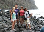 A parton. Innen fejenként 10 euróért motorcsónakkal vittek vissza Los Gigantes településre. Tenerife nyugati részén található kis üdülőfalu az öblöt körülölelő varázslatos, 5-800 méter magas sziklákról kapta a nevét