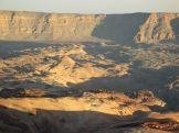 Lefele jövet a lemenő nap sugarai által megvilágított marsbéli táj