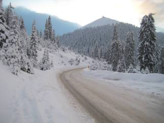 A Zimbroslavele csúcsai felé meglepően könnyen sikerült kocsival a csúcsok alá parkolnunk.