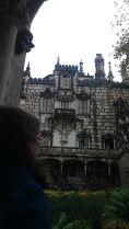 Sintrában a Quinta da Regaleira palota meglátogatása mellett döntöttünk. A festői szépségű hely alig 25 kilométerre van Lisszabontól, közvetlen vonat megy ide