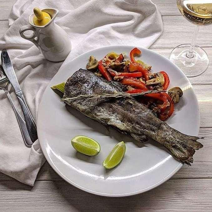 Запечена форель на овочевій подушці: рецепт з фото