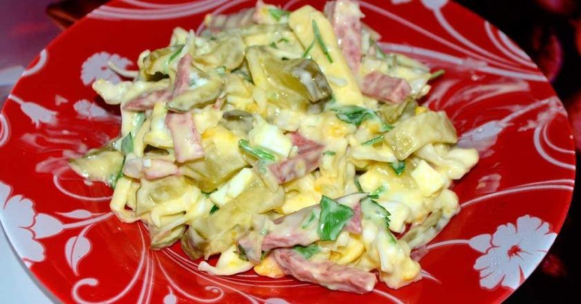 Салат з квасолею, шинкою, огірком і яйцями