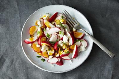Весняний салат з редискою і апельсиновою заправкою