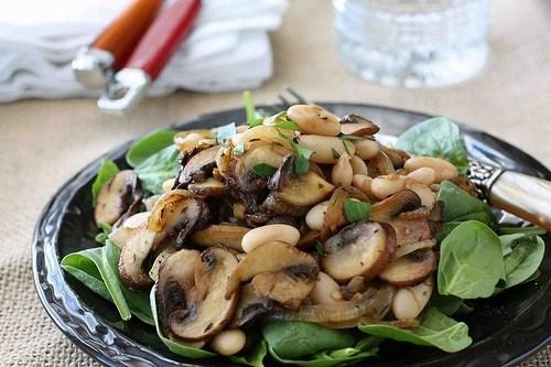 Пісний салат з грибами та квасолею