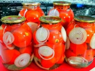 Найкращий рецепт помідорів на зиму – виходять смачними, ціленькими, і не тріскаються