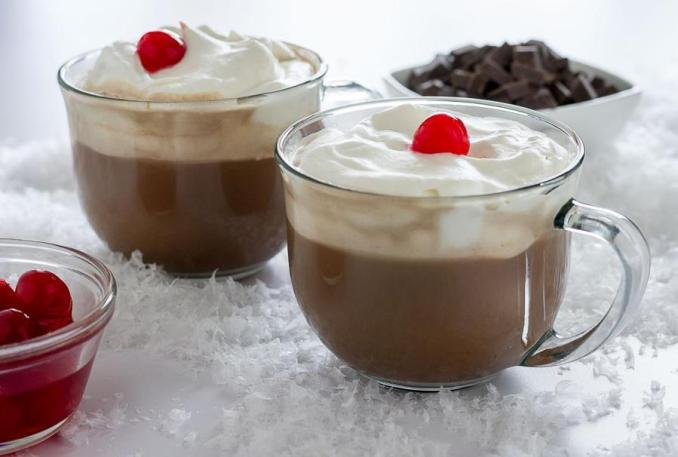 Гарячий шоколад з мигдалем та вершками