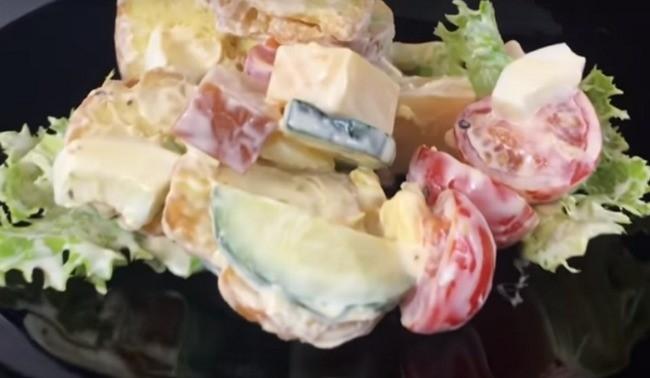 Салат з копченою грудинкою та листям салату