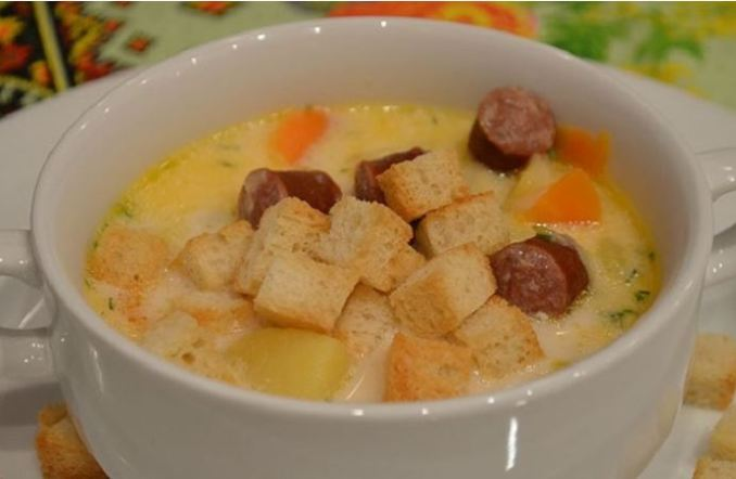 Сирний суп з копченими ковбасками