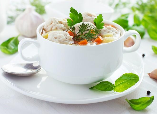 Суп з фрикадельками: рецепт із курячим фаршем