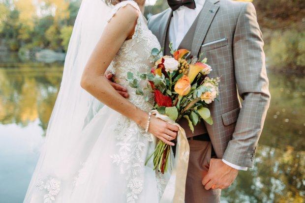 Народні прикмети для майбутнього подружжя  – Якщо одруження заплановане на 2020 рік, то не варто збирати в цей рік в будинку нареченої велику компанію друзів. Вважається, що шум та веселощі відженуть благополуччя в майбутній сім'ї.  – Для того, аби у будинку молодят водилися гроші, треба 3 роки поспіль у річницю весілля застеляти стіл святковою скатертиною, яка була у них на весіллі.  – Для довгого і міцного сімейного життя треба одягнути довгу сукню зі шлейфом.  – Молодятам рекомендується покласти у взуття по монетці.  – Весільна сукня молодої повинна налічувати ґудзики в парній кількості.  – Не можна давати свої прикраси після весілля подругам, адже можна віддати своє щастя.  – Для достатку в будинку, в день весілля, молодих треба обсипати монетками, зерном та цукерками.  – Молодятам по дорозі в місце реєстрації шлюбу не можна озиратися назад.  – В день вінчання батьки повинні стежити, щоб ніхто зі сторонніх і гостей не поправляв одяг на молодятах.  – Вінчальні свічки наречений і наречена повинні задути одночасно – до довгого спільного життя.  – Коровай на весілля печуть жінки, які добре живуть у шлюбі. Не допускаються до такого дійства вдови та розлучені жінки.   – Несподіваний дощ або сніг – бути сім'ї заможною.