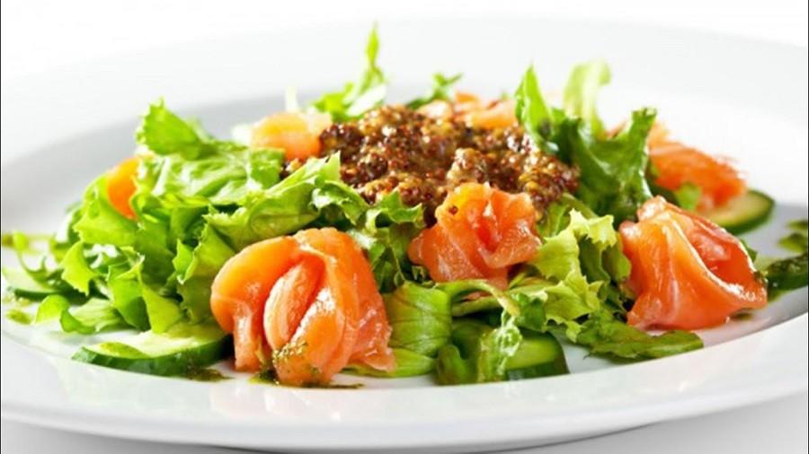 Салат з червоної риби і міксу салатів