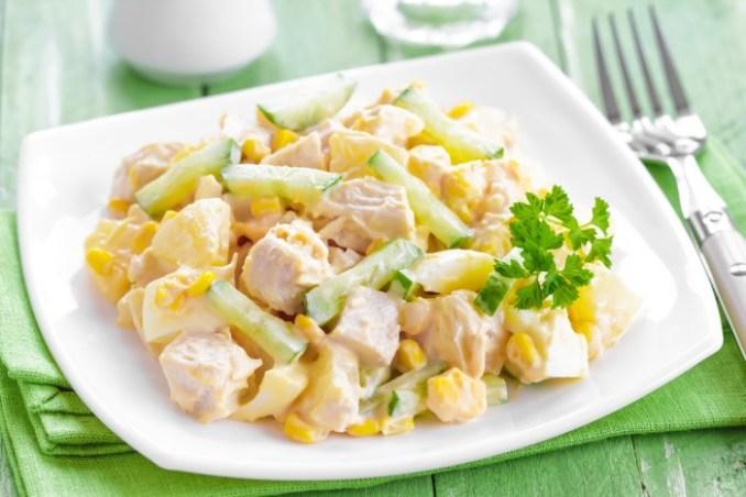 Салат з ананасом, копченою куркою, кукурудзою і огірком