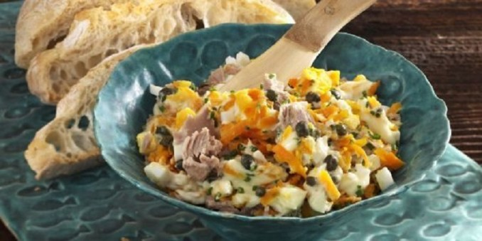 Салат з тунця, морквою і яйцями