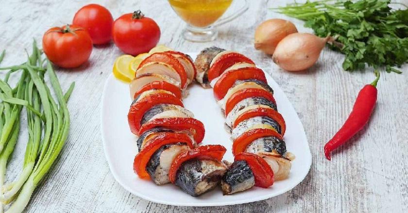 Скумбрія з цибулею та помідорами