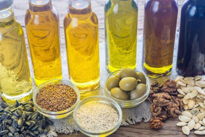 Не всі олії однаково корисні для смаження. Котрі з них безпечні, а від котрих варто відмовитись