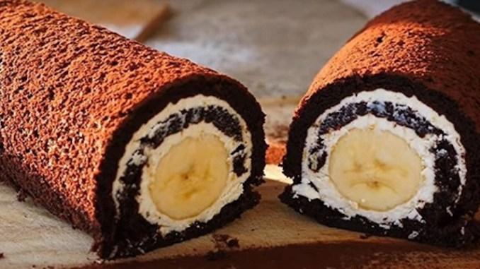 Шоколадний рулет БЕЗ БОРОШНА з сирною начинкою і бананом — смакота за 20 хвилин