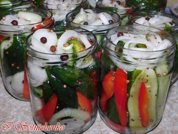 Огірки з болгарським перцем на зиму — цей рецепт улюбленець у нашій сім'ї