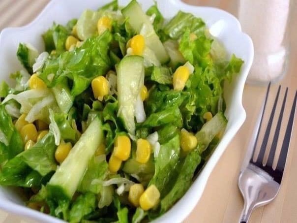 Салат з листя салату, огірків та кукурудзи