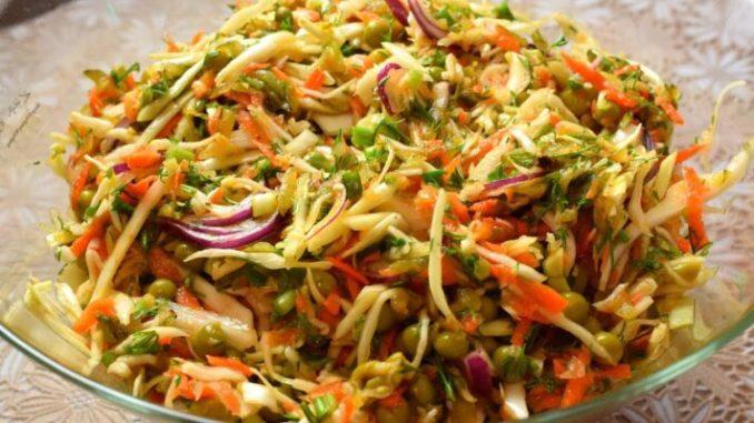 З капусти та моркви — дуже смачний та цікавий салат на кожен день! Бабусин рецепт!