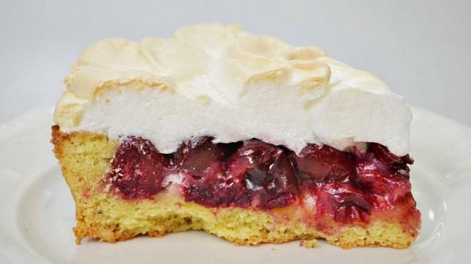 """Пиріг """"Вишня під снігом"""": неймовірно смачний рецепт пирога з вишнею, пісочним тістом і безе - пальчики оближеш!"""
