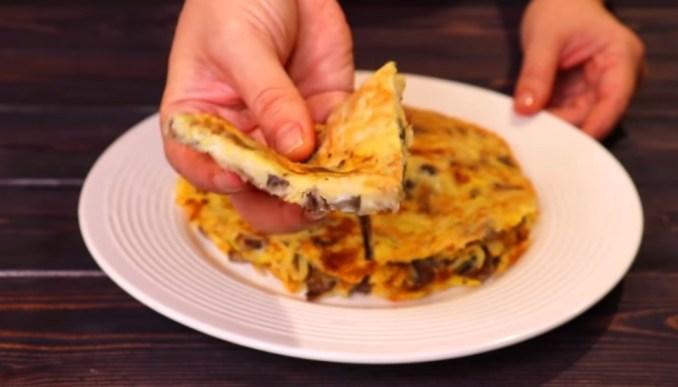 Беру 3 картоплі, 2 яйця і готую на сніданок, на обід або на вечерю. Приготування займає 15 хвилин