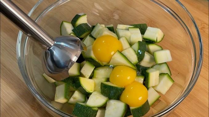 Просто змішайте яйця з кабачками! Смакота за лічені хвилини
