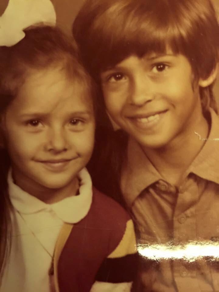 نيللي كريم وشقيقها