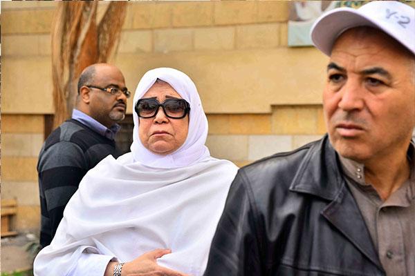بالصور .. رياض الخولي يشيع جنازة والدته