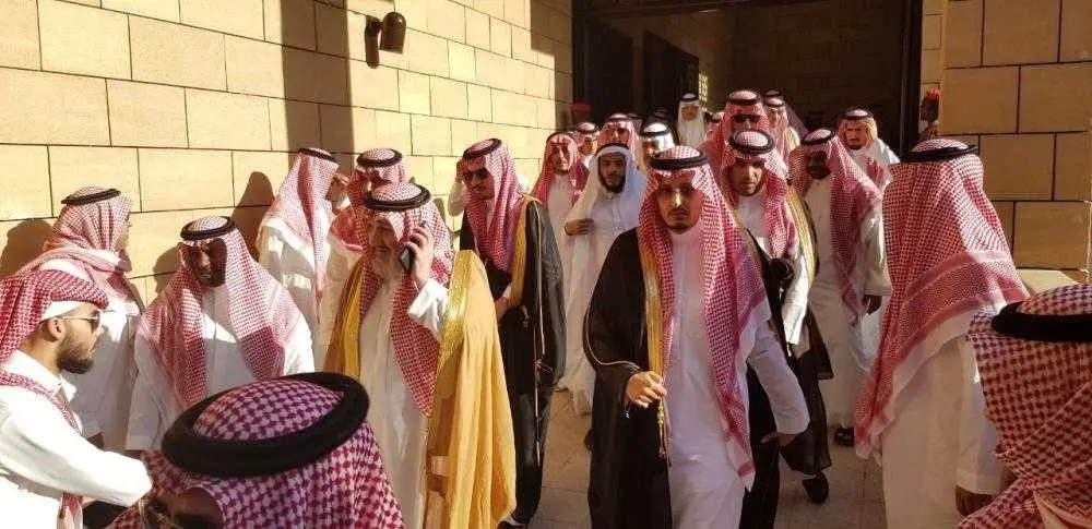 بالصور دموع الأمير مقرن تشعل مواقع التواصل الأجتماعي وحزن الكثيرون أثناء تشييع جثمان الأمير منصور بن مقرن 3 9/11/2017 - 12:59 ص