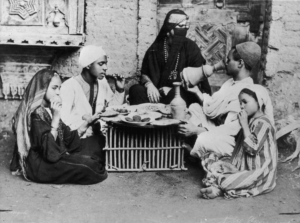 أسرة مصرية قديمة تتناول وجبة القطور عام 1920