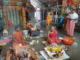 ಕೊಲ್ಲೂರು ಶ್ರೀ ನಿತ್ಯಾನಂದ ಆಶ್ರಮದಲ್ಲಿ ಧಾರ್ಮಿಕ ಕಾರ್ಯಕ್ರಮ ನಡೆಯುತ್ತಿರುವುದು