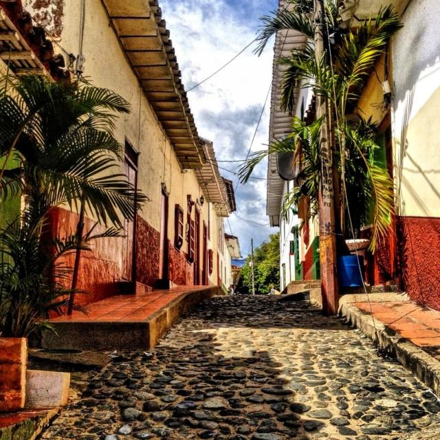 Kopfsteingepflasterte Straße in Santa fe de Antioquia