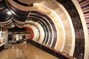 入口は織物のトンネルから