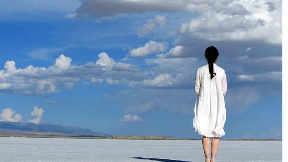 地平線に立つ女性