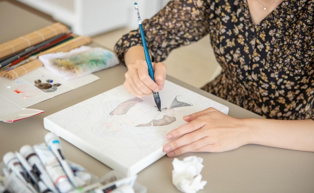 絵を描いている女性