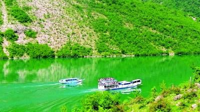 Ferry Berisha in Koman Lake (1)