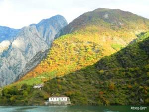 komani lake guesthouse
