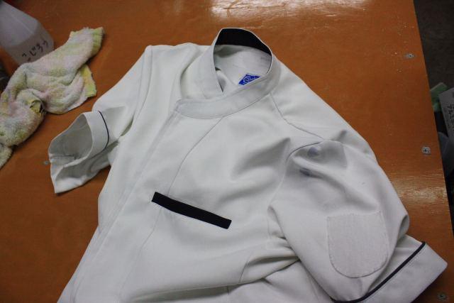 白衣の肩に付いたボールペンのインク