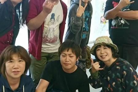 こ〰んな雨の夕暮れは大阪の濃ゆ〰いエンターテイメントが恋しくなる〜ヾ(–;)膀胱チョップさん(前列右端と後列3)&ペケキング テリーさん後列(左2)5月、来酒の時のパシャリ‼