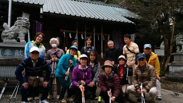 伊豆美神社 本殿前で記念撮影