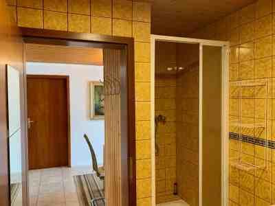 Badezimmer - Ausblick zur Tür