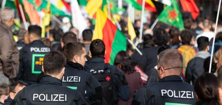 """Rojava-Demo: """"Stoppt den Krieg – Keine Waffenlieferungen in die Türkei"""" [mit Bildergalerie]"""