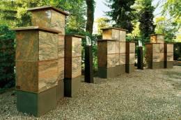 Urnenstelen am Friedhof