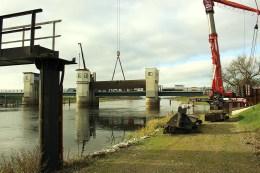 Hochwasserschutz - Das Wehr Gnevsdorf wurde mit Hilfe eines der größten Mobilkräne Deutschlands von SCHORISCH Magis demontiert und verladen, damit die Stahlbauteile saniert werden können.