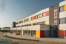Aufgrund steigender Schülerzahlen beauftragte die Stadt Schwerin das mittelständische Familienunternehmen KLEUSBERG aus der rheinland-pfälzischen Stadt Wissen mit der Errichtung einer neuen Grundschule mit integriertem Hort und angrenzender Sporthalle.