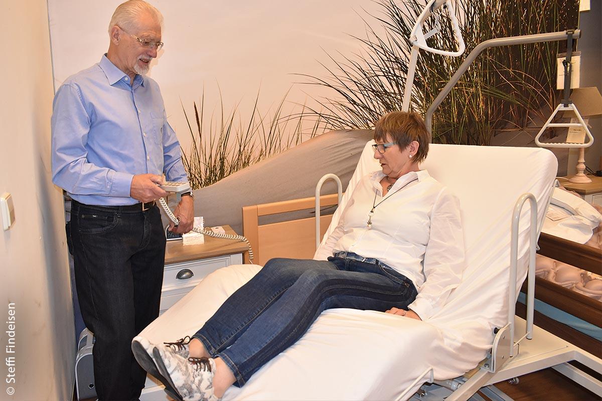 Das Ehepaar Rosita (67) und Friedrich Le Maire (76) kennt die Musterwohnung genau und testet mit kritischem Blick: Das Sitz-, Aufsteh- und Pflegebett ist jedenfalls eine große Erleichterung.