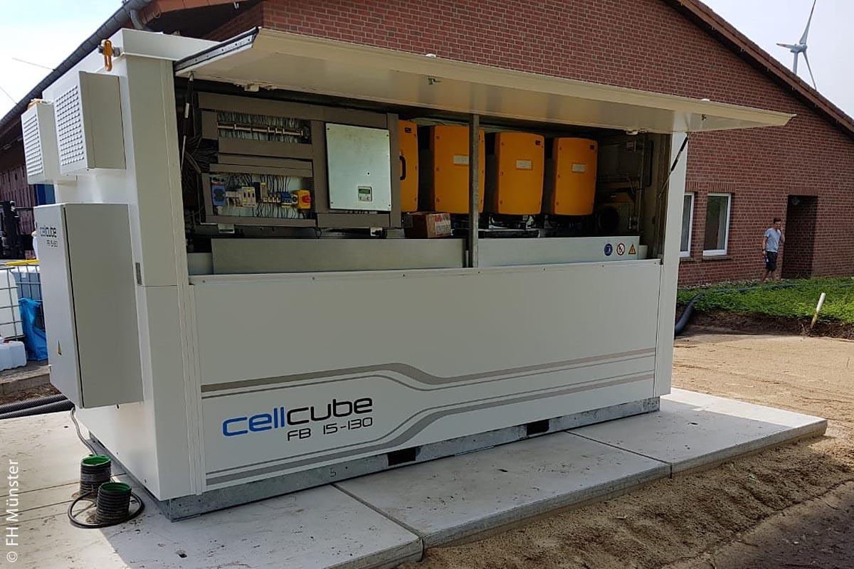 Die Redox-Flow-Batterie (RFB) oder (Redox-)Flussbatterie – allgemeiner auch Flüssigbatterie oder Nasszelle genannt – ist eine Ausführungsform eines Akkumulators. Sie speichert elektrische Energie in chemischen Verbindungen, wobei die Reaktionspartner in einem Lösungsmittel in gelöster Form vorliegen. (Quelle: Wikipedia) Link: https://de.wikipedia.org/wiki/Redox-Flow-Batterie