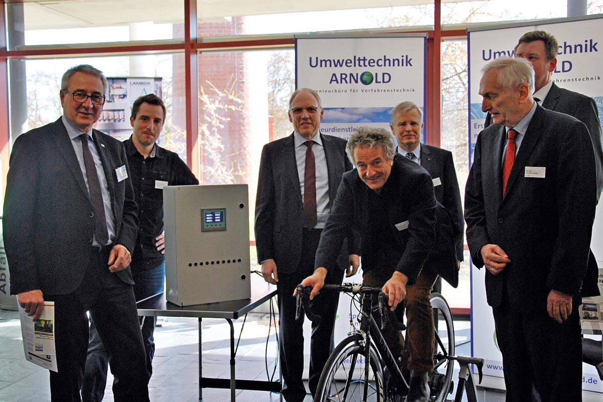 Eine Ausstellung zum Mitmachen: Claus Kumutat (Mitte, hinten), Präsident des Bayerischen Landesamts für Umwelt, und Veranstalter besuchten unter anderem den Aussteller Umwelttechnik Arnold.